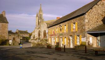 Commune des Iffs Bretagne romantique Eglise classée monument historique entourée de son enclos