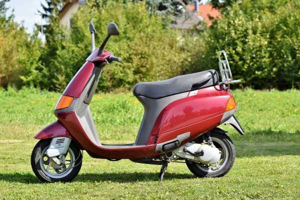 La Pass Mobilité de la Bretagne romantique permet à des personnes qui ont trouvé un emploi ou une formation, mais qui ont des problèmes pour se déplacer, de disposer d'un scooter ou d'une voiture pour une somme modique.