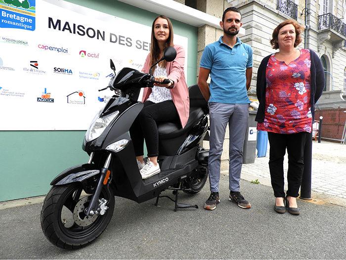 Point presse pour le lancement du Pass Mobilité en Bretagne romantique. Les partenaires sont réunis devant la Maison de services aux publics avec un scooter.