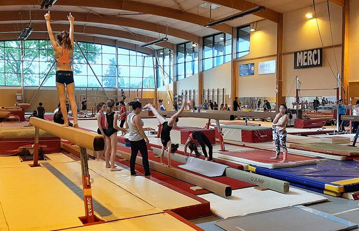 gymnaste s'entrainant dans la salle Pierre Bertel mise à disposition de l'USL de Saint-Domineuc par la communauté de communes Bretagne romantique