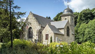 Eglise de Saint Brieuc des iffs au coeur d'un écrin de verdure