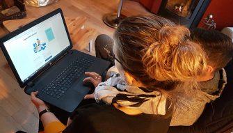 Jeune femme blonde faisant une recherche sur le module des petites annonces du site Internet de la Bretagne romantique
