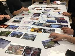 Des personnes jouent au jeu les fresques du climat - primé dans le cadre du Labo citoyen