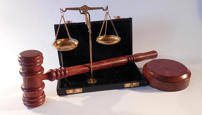 balance et marteau de la justice posés sur un bureau