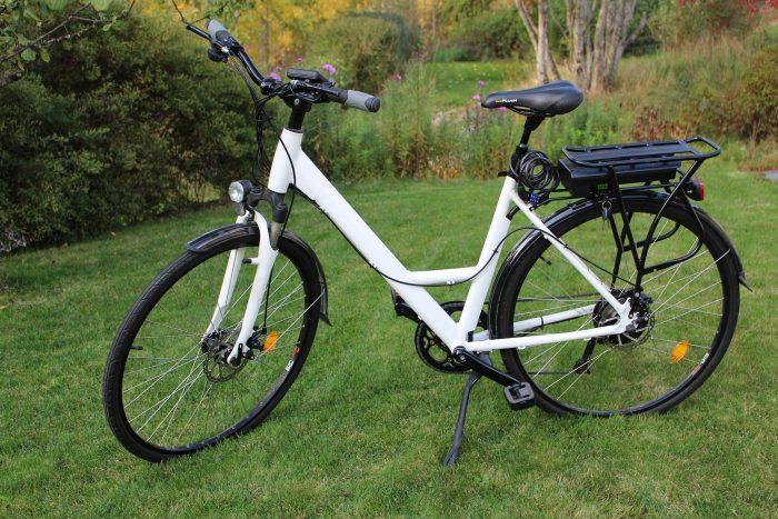 vélo électrique blanc au milieu d'une pelouse