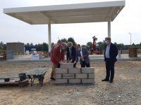 des élus de la Bretagne romantique posent des parpaings symbolisant le début des travaux de la station GNV à Tinténiac