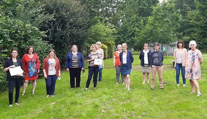 groupe de professionnelles de l'action sociale dans un paysage de verdure