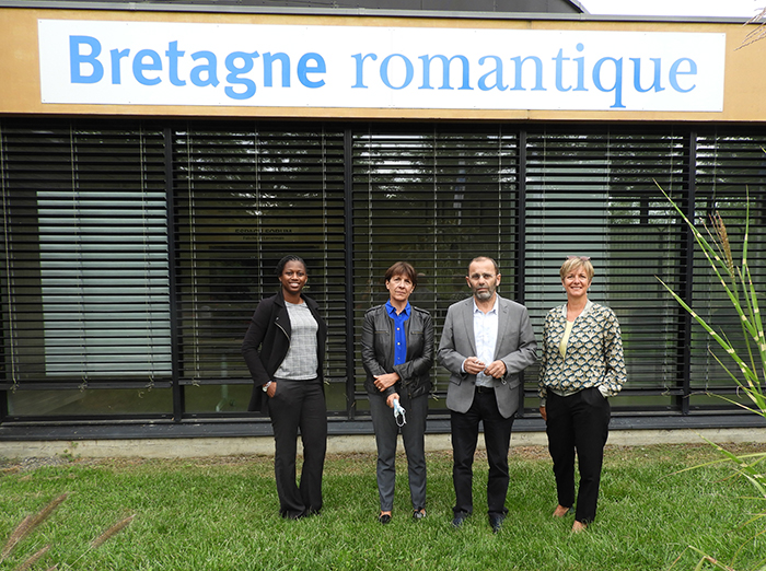 2 femmes et 2 hommes devant le siège communautaire de la communauté de communes Bretagne romantique